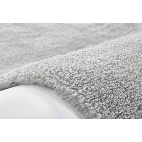 Hoogpolig lichtgrijs tapijt