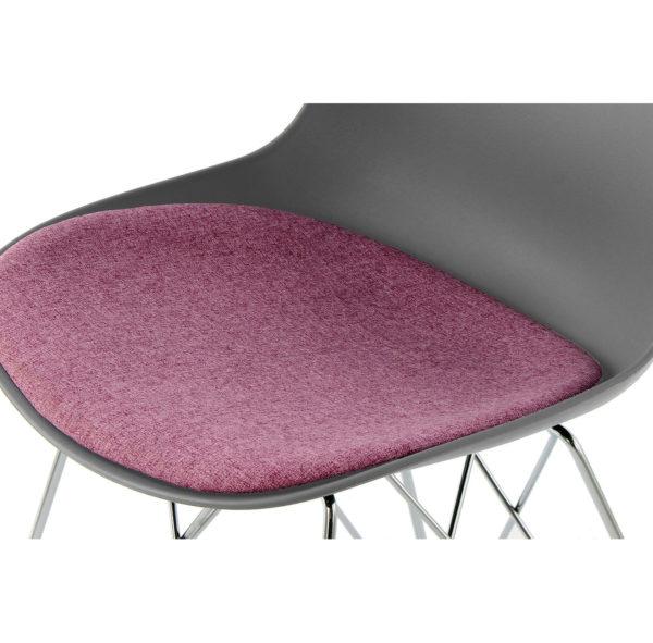 grijze-eettafel-stoelen-paars-kussen