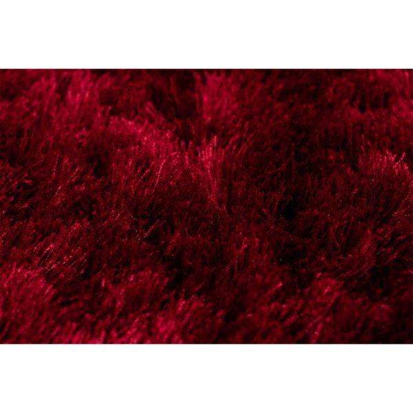 Donkerrood hoogpolig tapijt